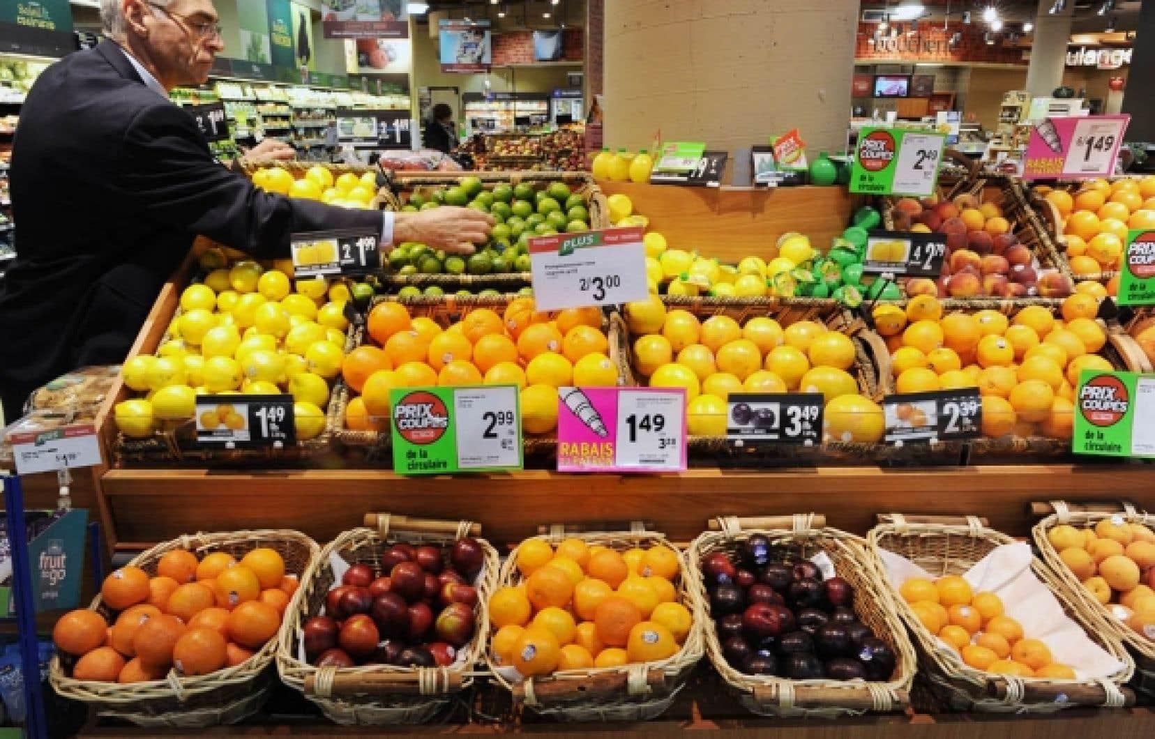 Jean-Pierre Gariépy, du marché Metro Plus de la Montagne, jette un coup d'œil au comptoir de fruits.<br />