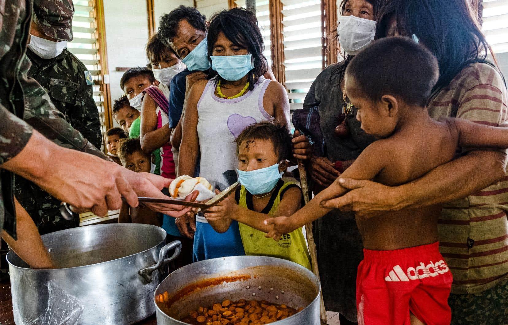 La COVID-19 frappe fort parmi les Premières Nations du Brésil. Le nombre de cas a bondi en l'espace de quelques semaines dans certaines communautés et les morts s'additionnent. L'armée brésilienne distribue de la nourriture lors de son passage à la base de Surucucu.