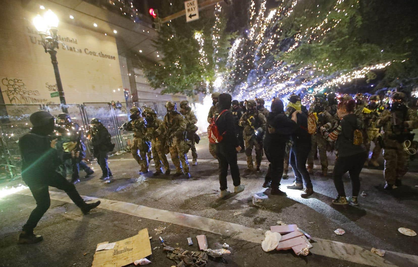 Des milliers de personnes ont manifesté devant le tribunal fédéral de Portland, en Oregon, dans la nuit de vendredi à samedi.