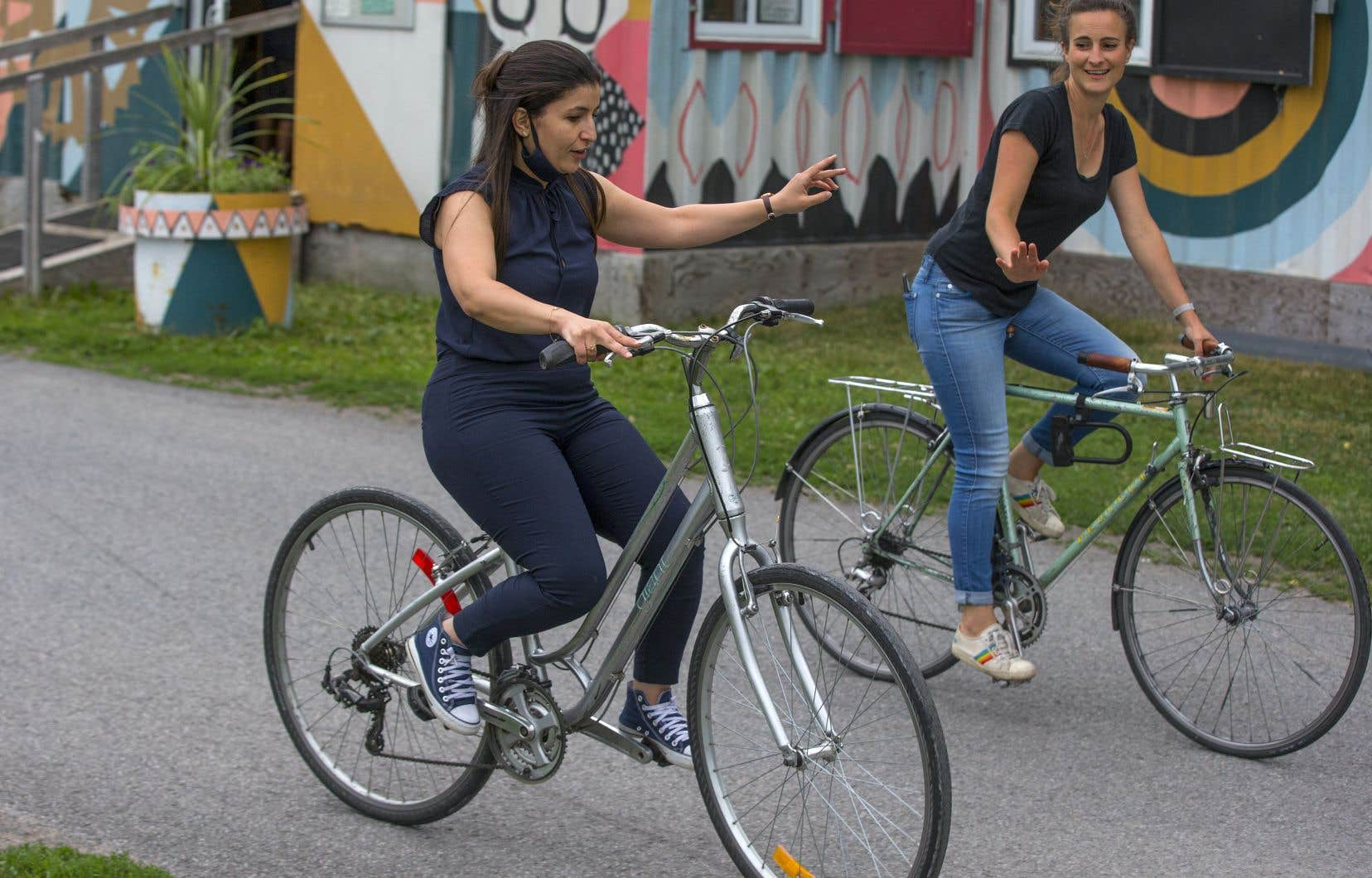 À 32ans, Moufida Zerdoumi s'est décidée le mois dernier à apprendre à faire du vélo, guidée par des bénévoles de Culture Vélo à Montréal, dont Magali Bebronne (à droite), bénévole et membre du conseil d'administration de l'organisme.