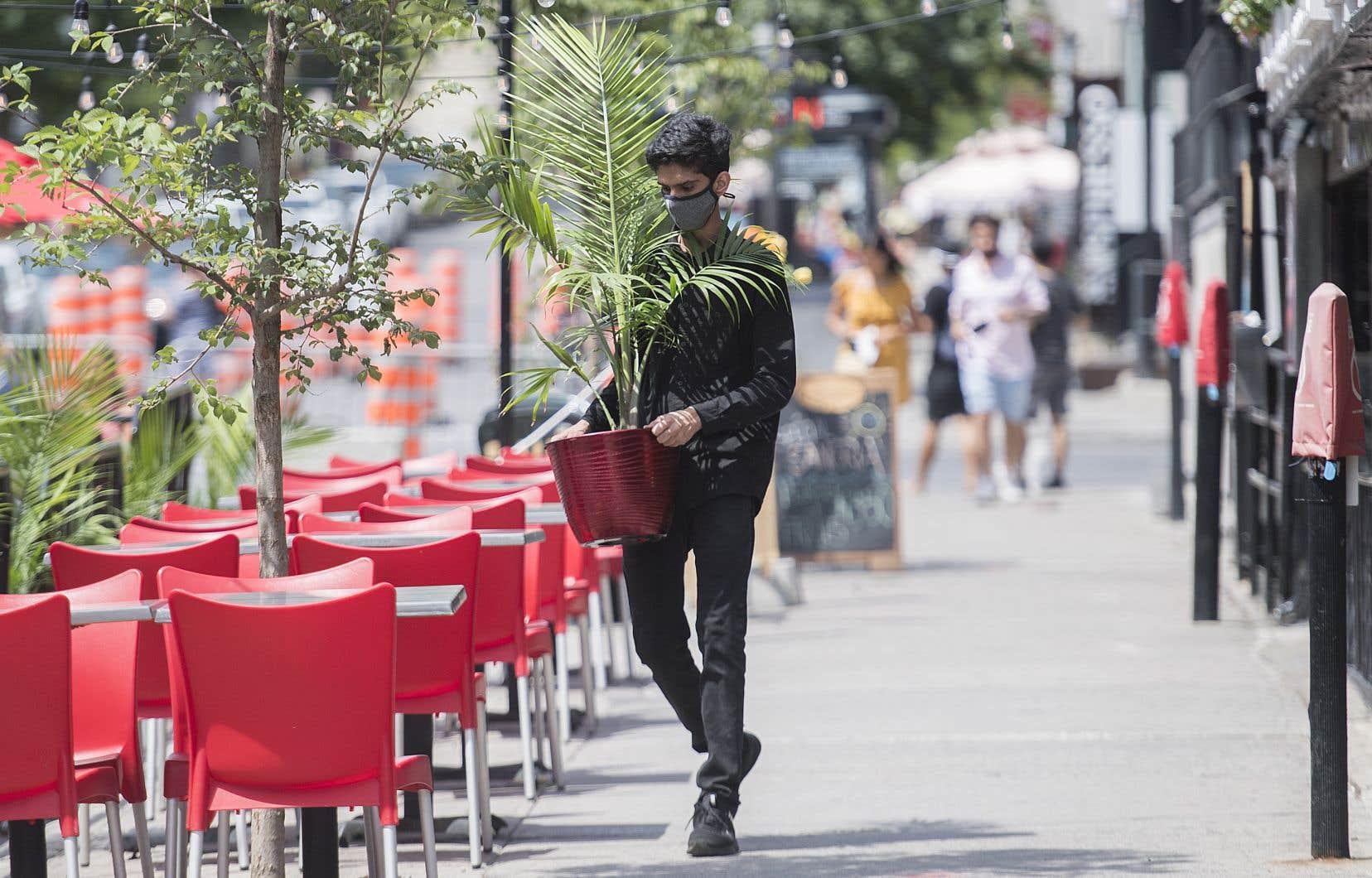 Dans l'espoir d'augmenter l'achalandage sur les terrasses, la rue Crescent, à Montréal, est piétonne depuis samedi.