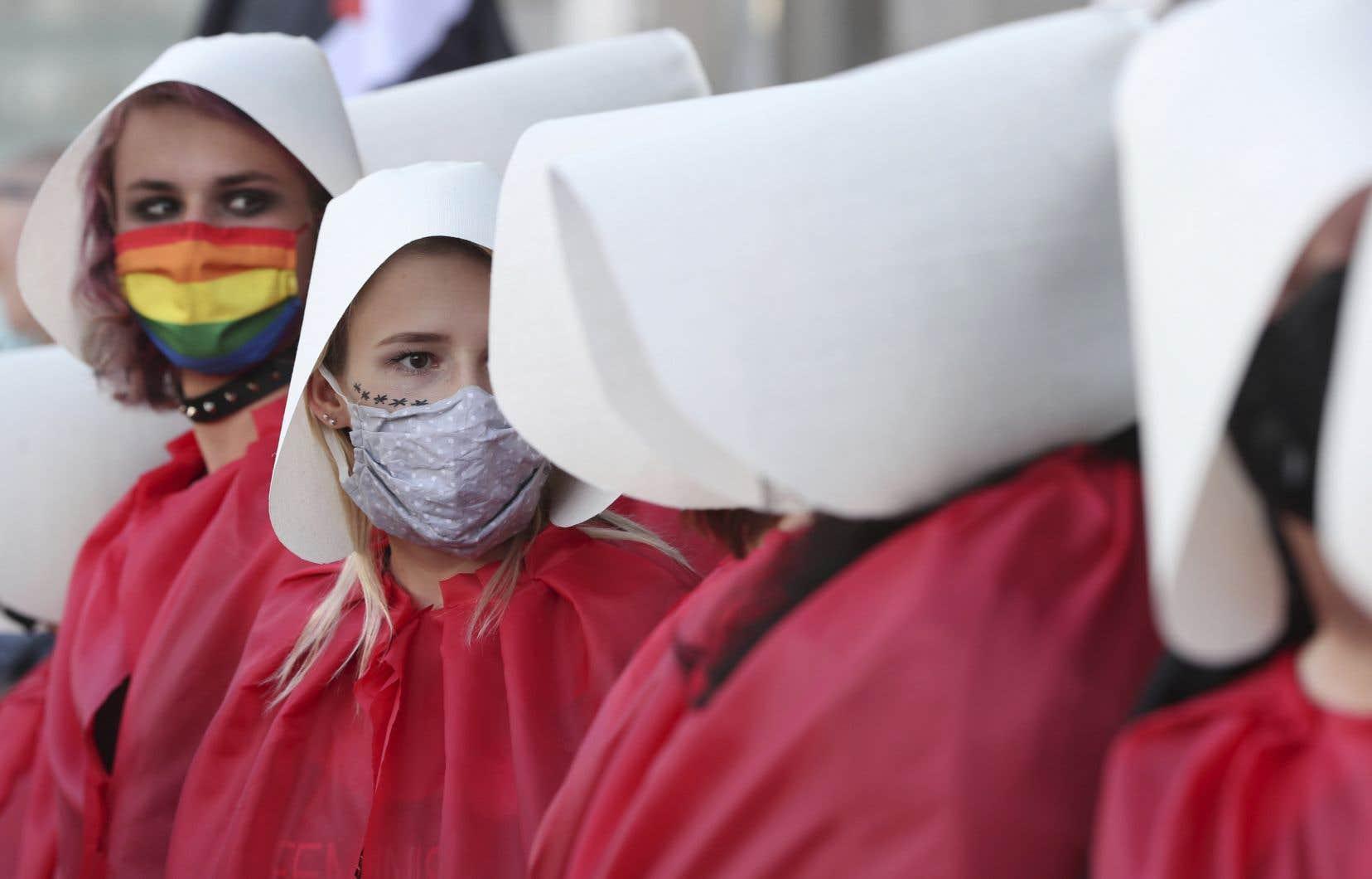 Des femmes habillées comme les personnages de «La servante écarlate» manifestaient vendredi contre l'intention du gouvernement polonais de se retirer de la «Convention d'Istanbul».