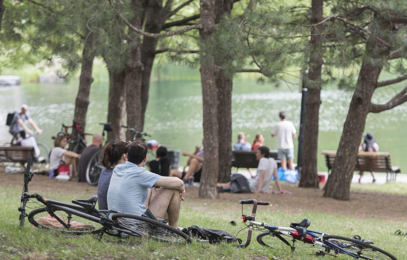 Sur l'ensemble des répondants de l'étude de Statistique Canada, 38% n'étaientpas du tout préoccupés par les rassemblements de petits groupes et les visites chez d'autres personnes.