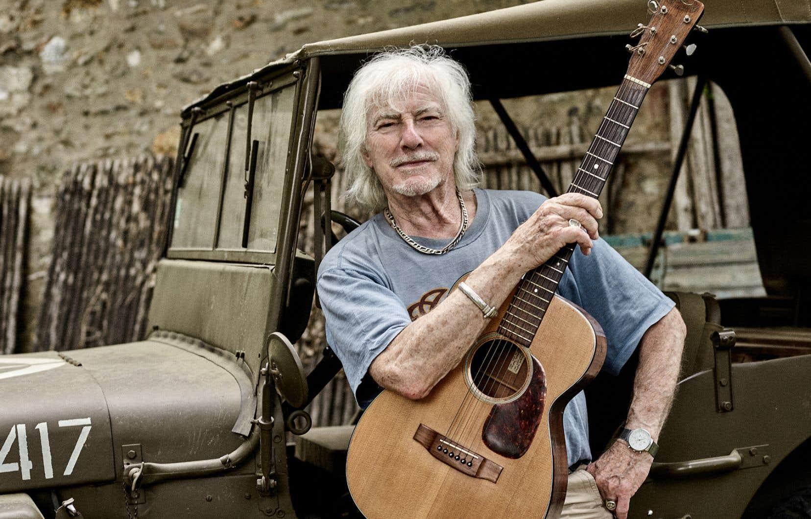 À 90 ans, Hugues Aufray ne semble pas vouloir s'arrêter. Il continue d'enregistrer des chansons et de monter sur scène.