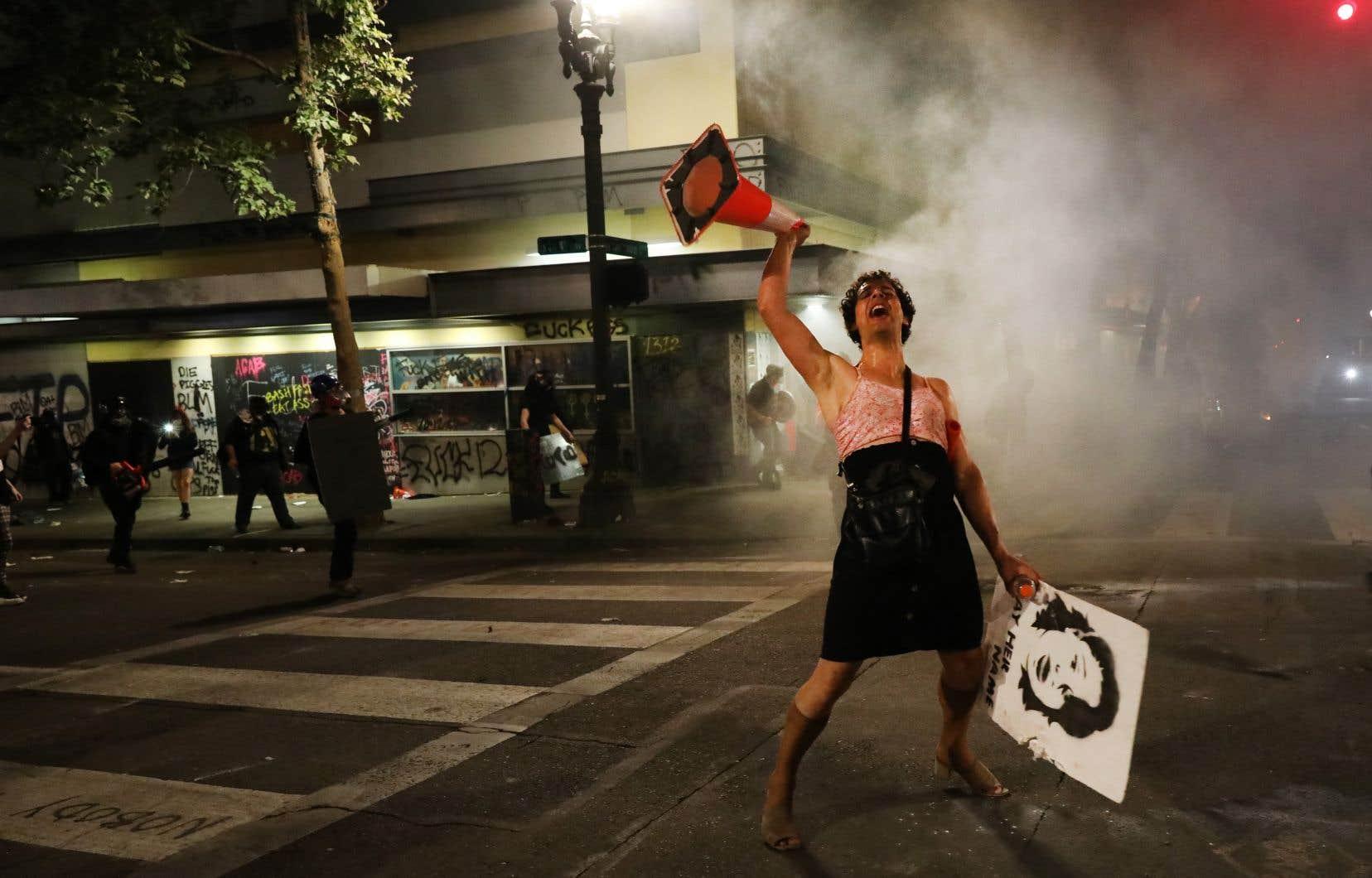 Des manifestants dans le centre-ville de Portland, Oregon, lundi
