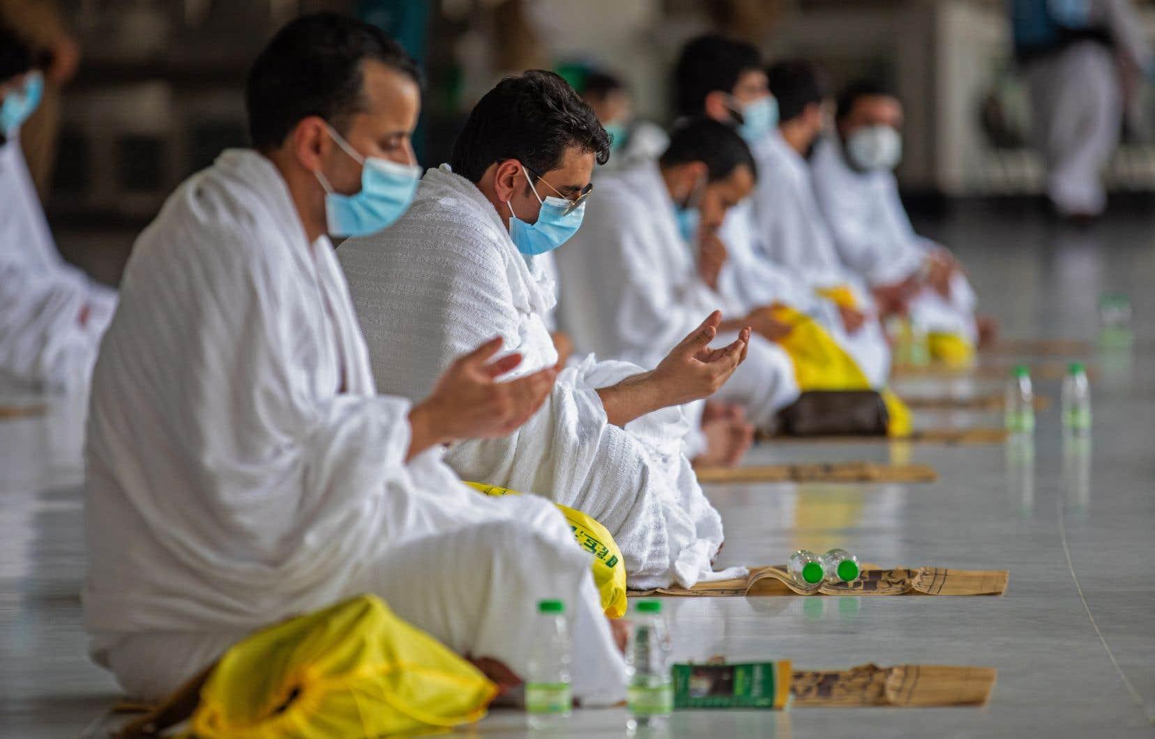 Pour cause de pandémie de COVID-19, les pèlerins ne seront pas autorisés cette année à toucher la Kaaba, pour limiter les risques d'infection selon les autorités qui disent avoir déployé cliniques mobiles et ambulances pour faire face à toute éventualité.