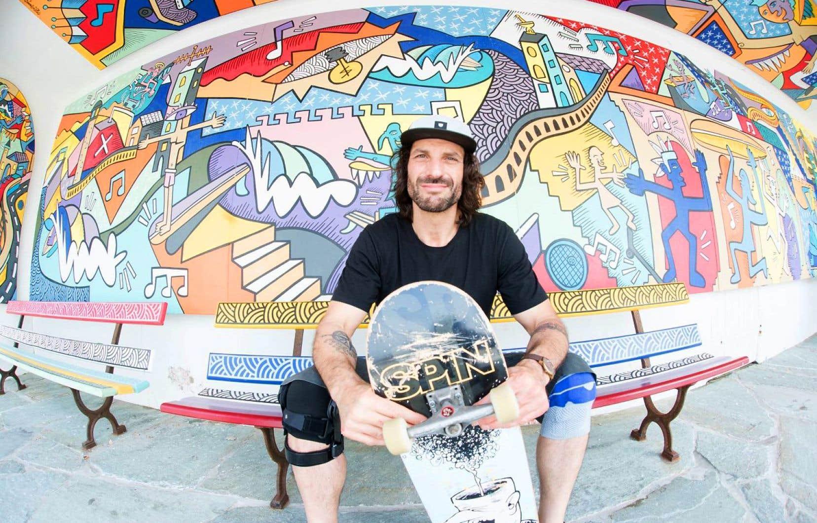 Avant que ne soient fermées les frontières et cloués au sol les avions, l'humoriste et animateur Mathieu Cyr a voyagé aux quatre coins du monde pour le tournage de la première saison de <em>Skate le monde</em>. Ici, à Biarritz, en France.