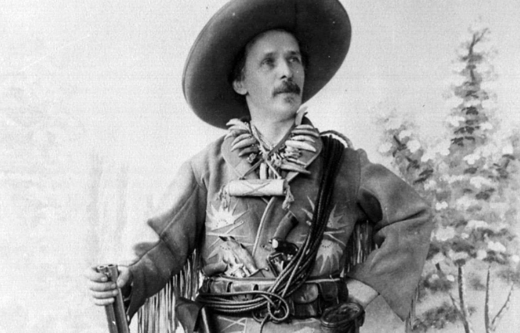 Présentant ses livres comme étant inspirés de ses propres expériences, Karl May (1842-1912) n'hésitait pas à se faire photographier en panoplie de Davy Crockett et de Buffalo Bill, appuyé sur une carabine et collier de dents de grizzly autour du cou.