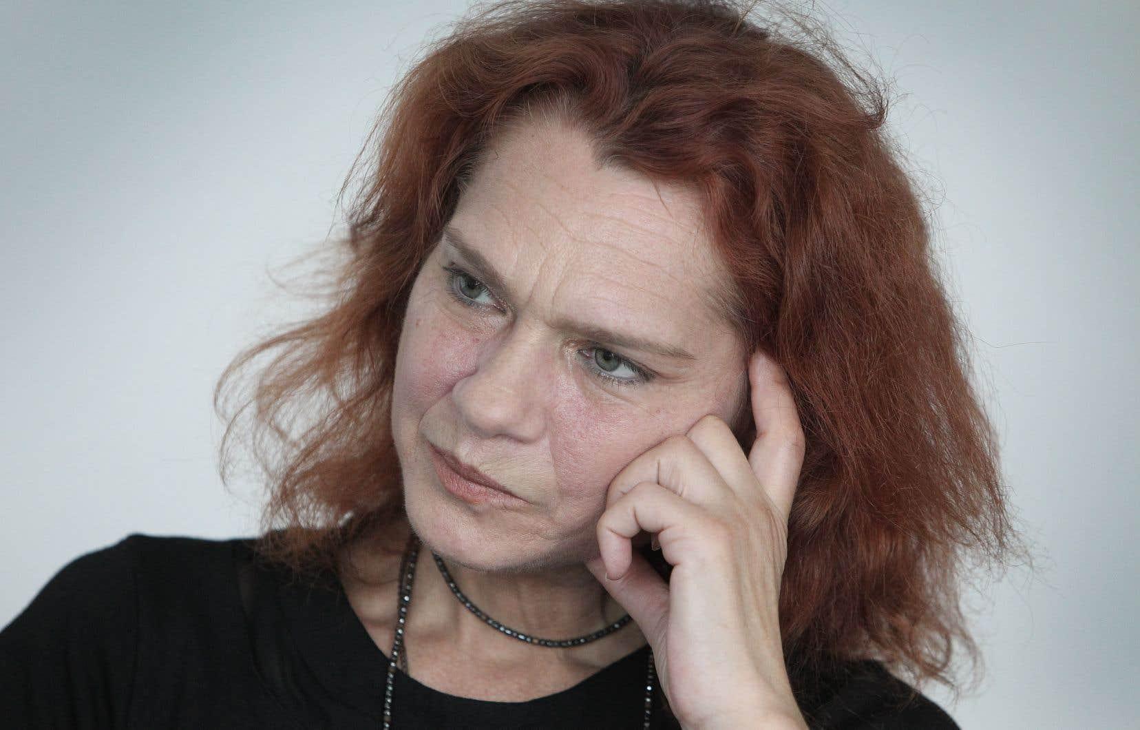 Au fil des pages, l'écrivaine turque traduit la souffrance et le désarroi de sa mère, de même que ceux de toutes les femmes.