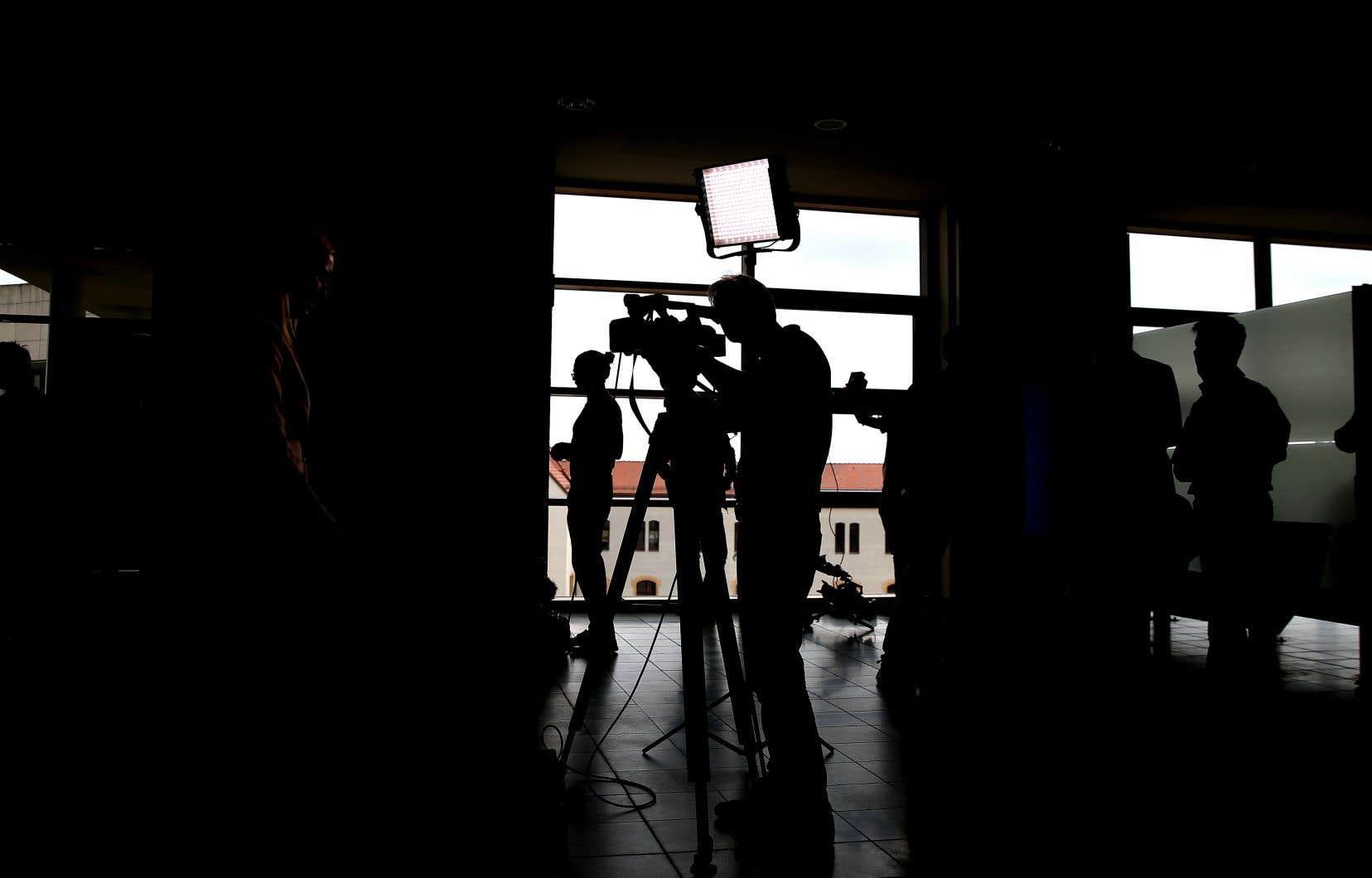 «Plusieurs journalistes ont été insultés simplement parce qu'ils posaient des questions lors des points de presse quotidiens des autorités au printemps dernier», écrivent les auteurs.