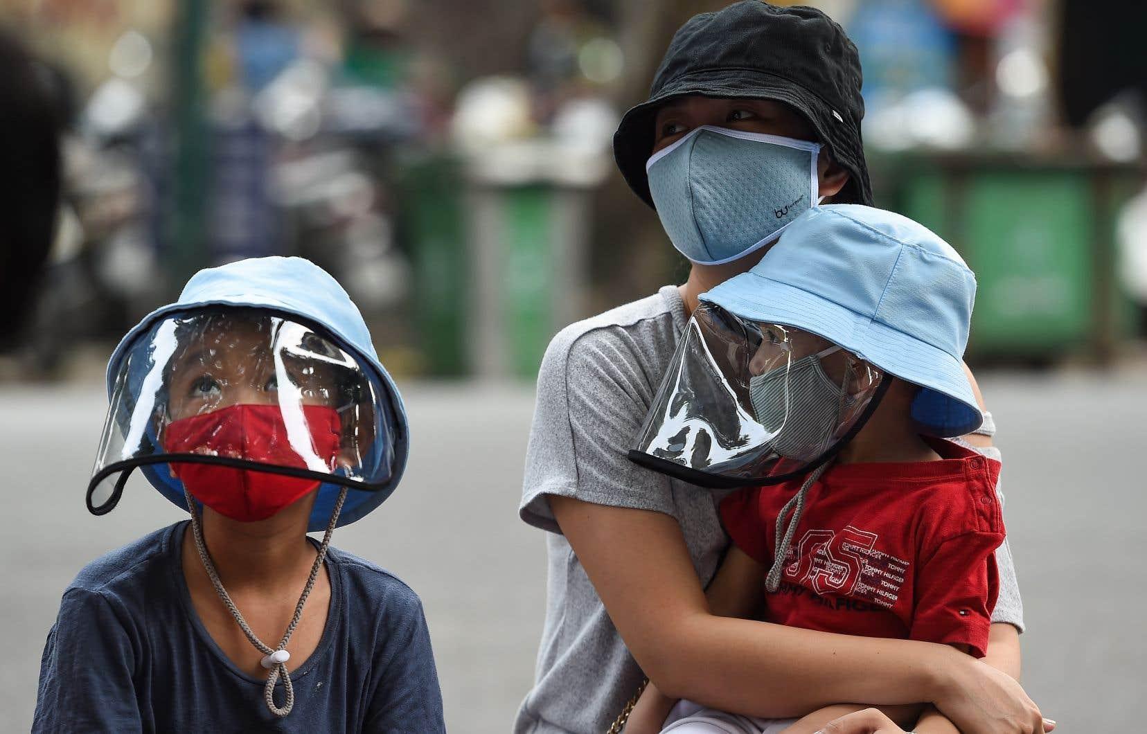 Le Vietnam et les Fidji ont annoncé chacun leur premier mort vendredi.