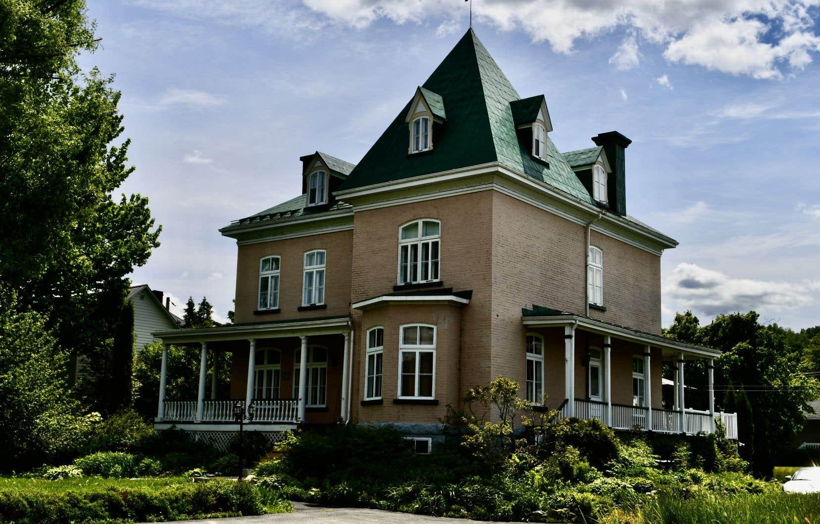La maison d'Élyse a été construite en 1890 pour le notaire Félix-Georges Fortier, deux fois maire de Beauceville.