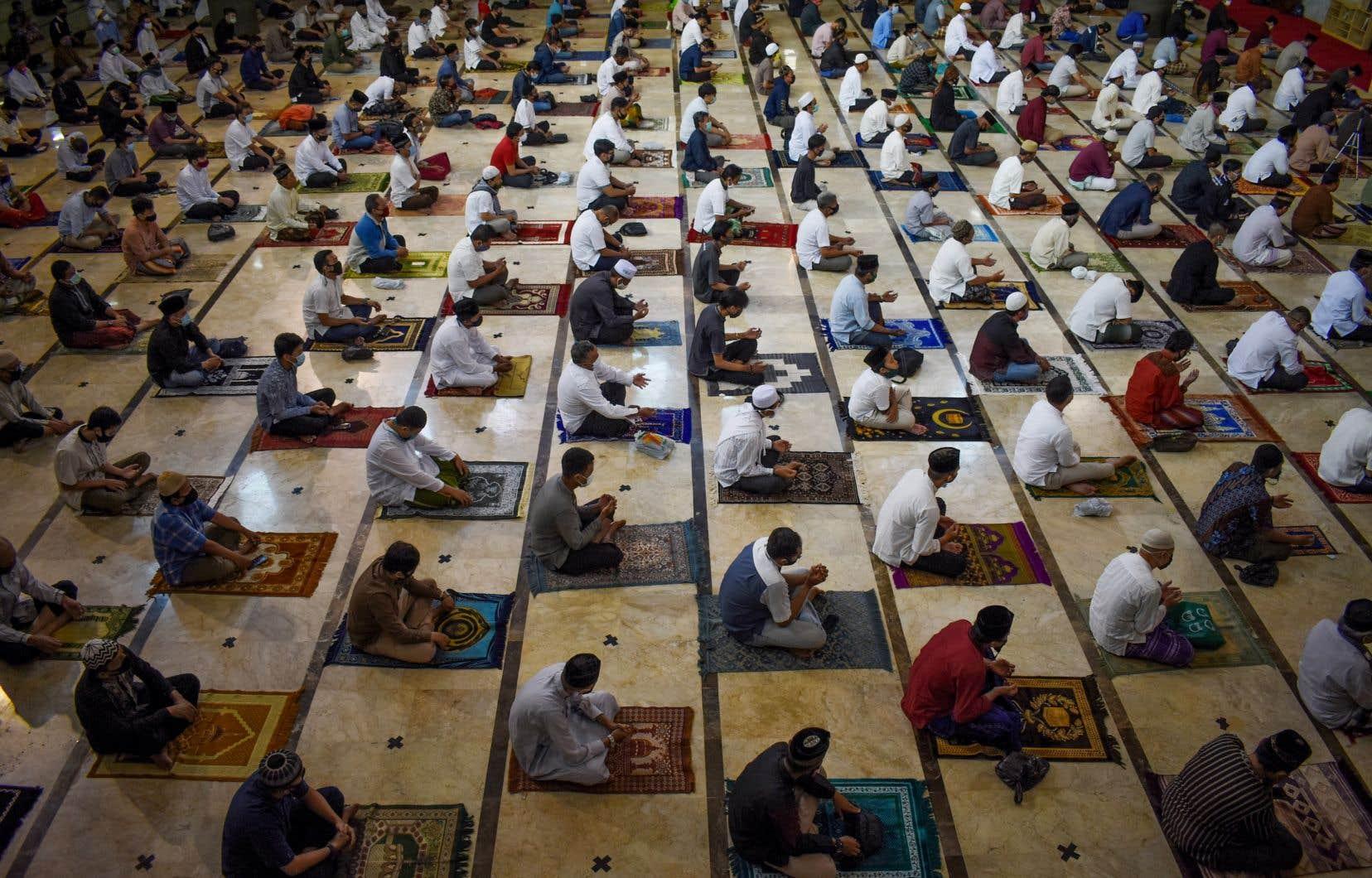 Les musulmans du monde entier ont dû célébrer l'Aïd al-Adha en respectant la distanciation sociale. Sur la photo, des fidèles prient à Bandung, en Indonésie.