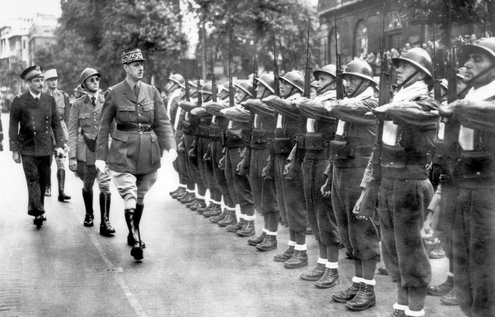 Le général Charles de Gaulle passe en revue les forces de la France libre au cours d'un défilé militaire tenu à l'occasion de la fête nationale de la France, le 14 juillet 1940, à Londres.
