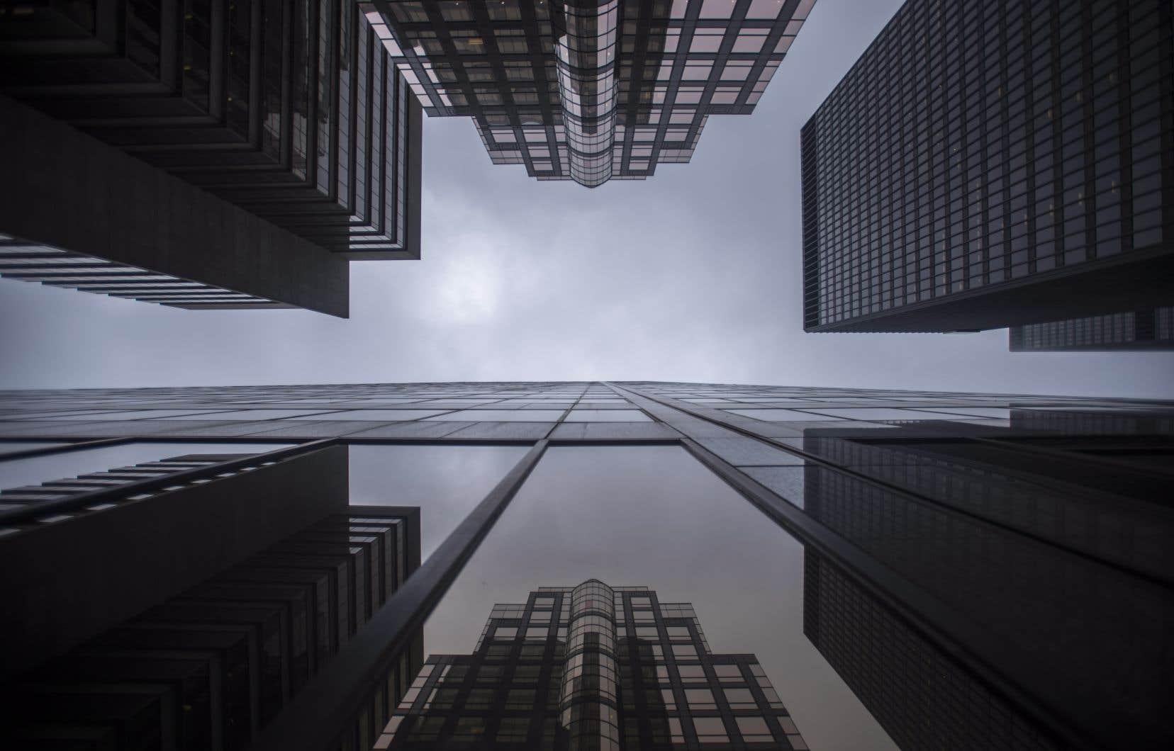 «Au cours des 40 dernières années, le modèle de société maximisant la création de valeur pour leurs actionnaires fut critiqué, décrié, tenu responsable des inégalités de revenus et de richesse et des dommages environnementaux», écrivent les auteurs.