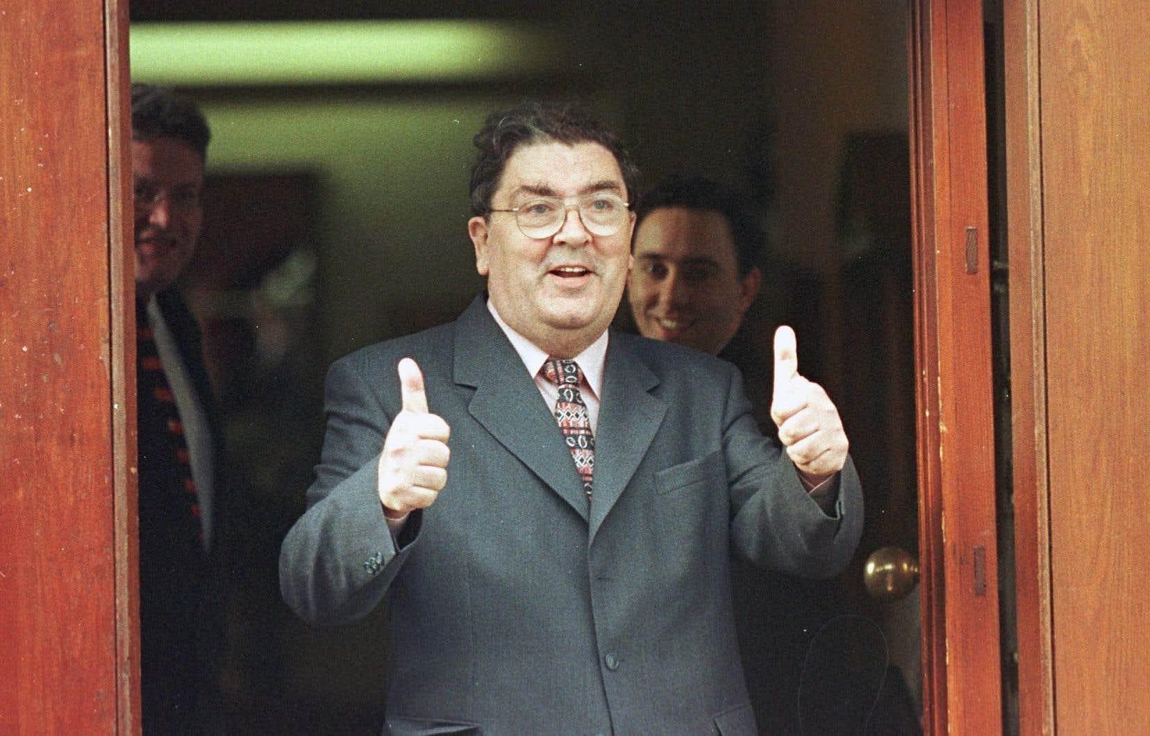 John Hume en avril 1998, alors qu'un accord de paix, dit du Vendredi Saint, avait été conclu à Belfast entre Londres, Dublin et les partis protestants et catholiques.