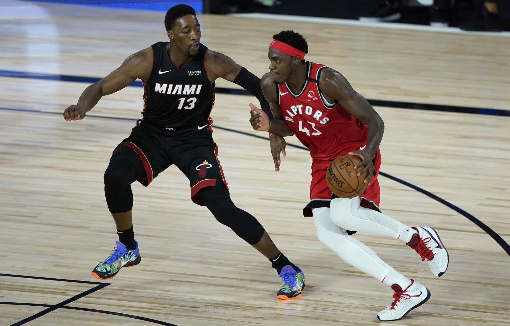 Pascal Siakam (à droite) a contribué à la victoire des Raptors de Toronto lundi en amassant 22 points.