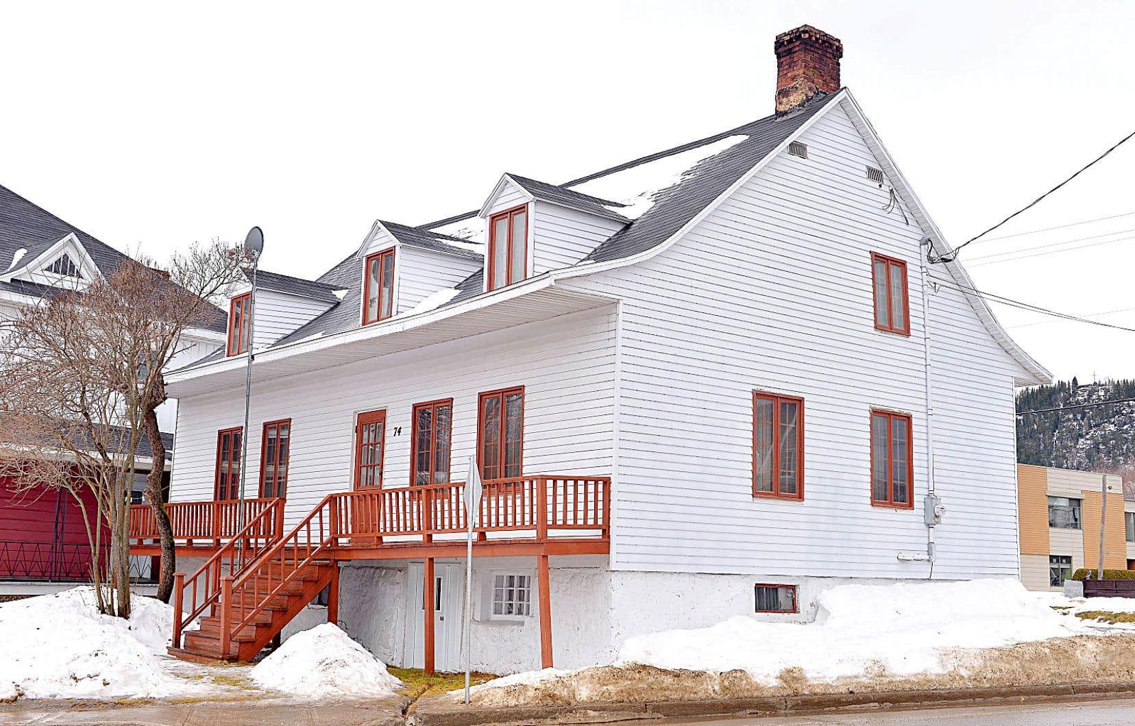 La municipalité de Clermont avait annoncé ce printemps autoriser la démolition de la maison d'Alexis le Trotteur, après qu'un incendie eut partiellement altéré l'intérieur de ce bâtiment ancien.