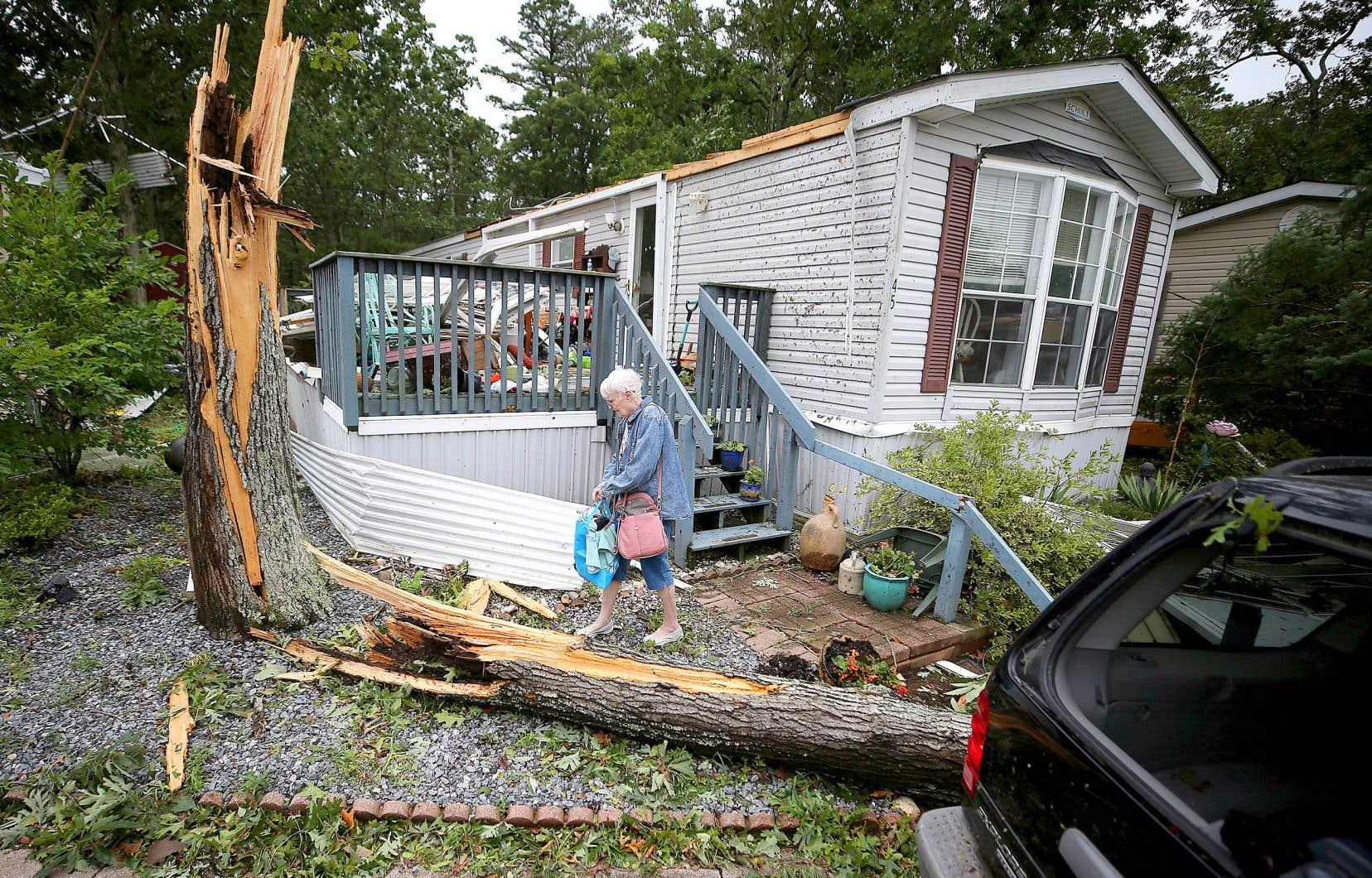 Cette maison mobile, dans le New Jersey, a été lourdement endommagée par le passage d'«Isaias» mardi.