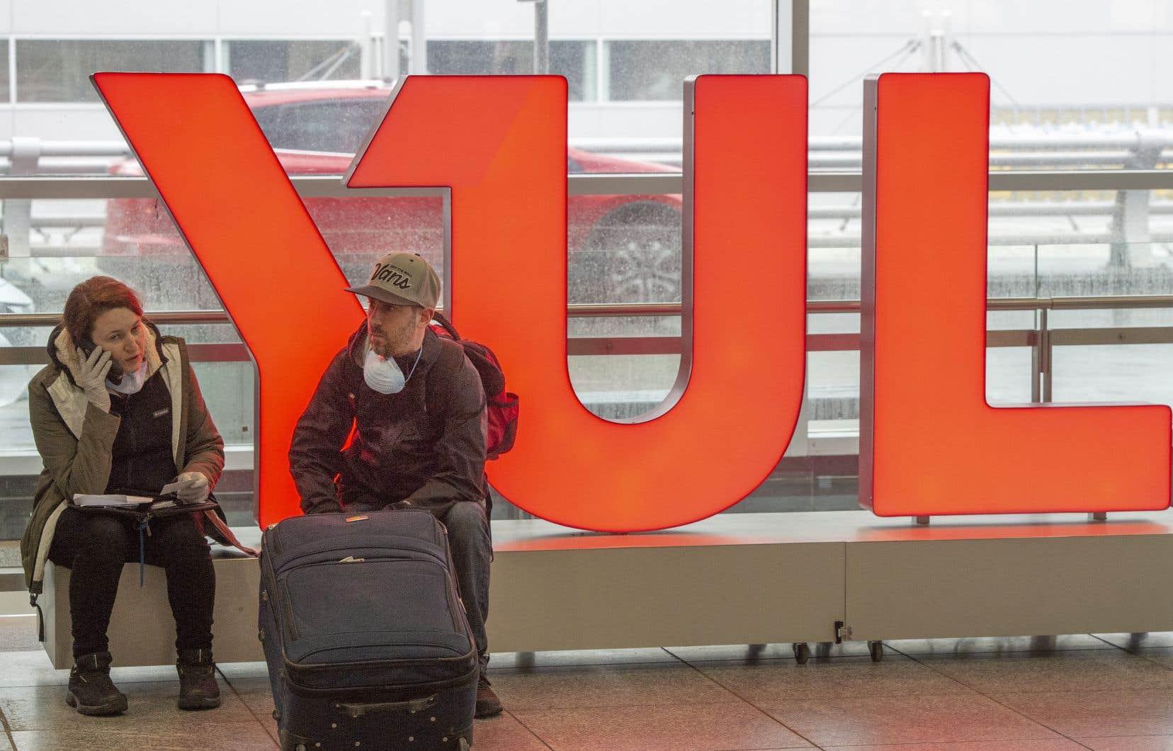 Des passagers en attente à l'aéroport Montréal-Trudeau.