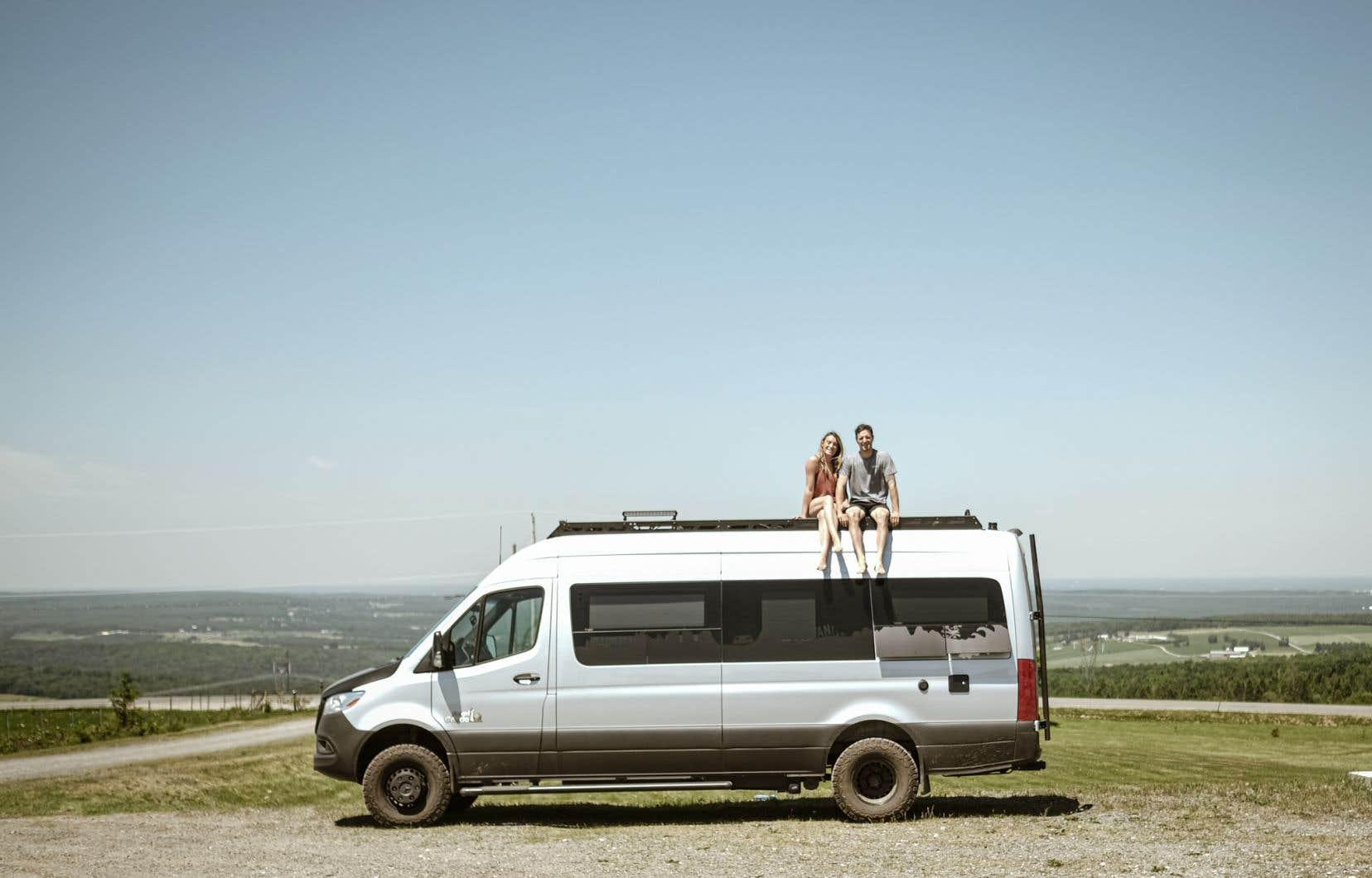 Julien Roussin-Côté et sa conjointe, Karolina Krupa, sur la «van» avec laquelle ils sillonnentle Québec.