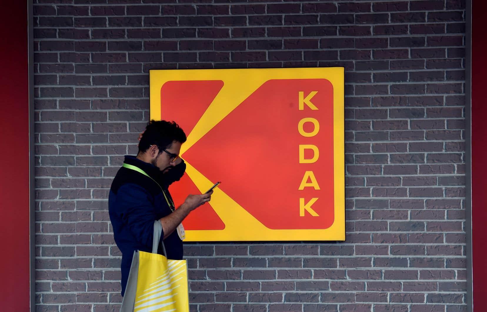 Kodak a partagé des informations au sujet du prêt avec des journalistes la veille de l'annonce officielle, faisant ainsi fuiter la nouvelle et bondir le titre à Wall Street.