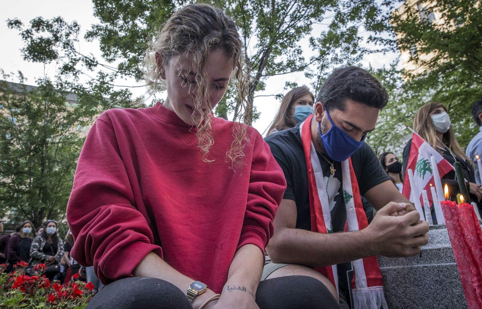 Mercredi soir, plus de 200 personnes se sont rassemblées au square Dorchester à Montréal pour tenir une veillée à la chandelle en hommage aux victimes des explosions de Beyrouth. Une autre vigile aura lieu jeudi  à 19h, au  consulat général du Liban.