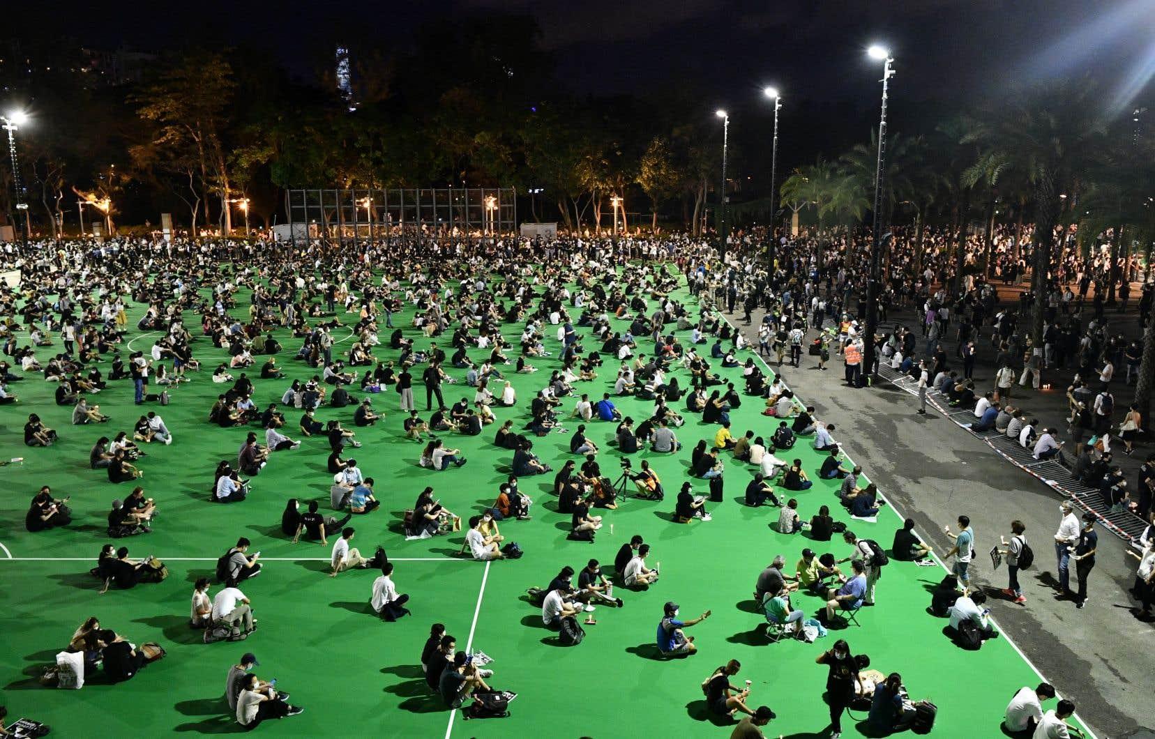 Cette veillée attire généralement les foules et elle est la seule commémoration de l'évènement en Chine.