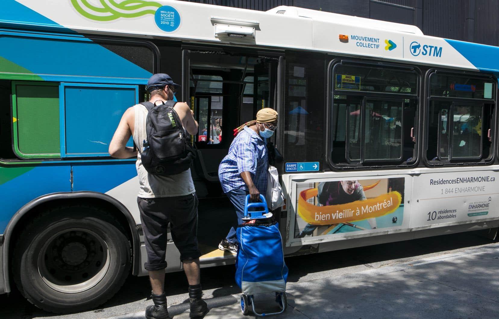 L'embarquement dans les autobus s'est fait par la porte arrière pendant plusieurs mois à cause de la pandémie de COVID-19.