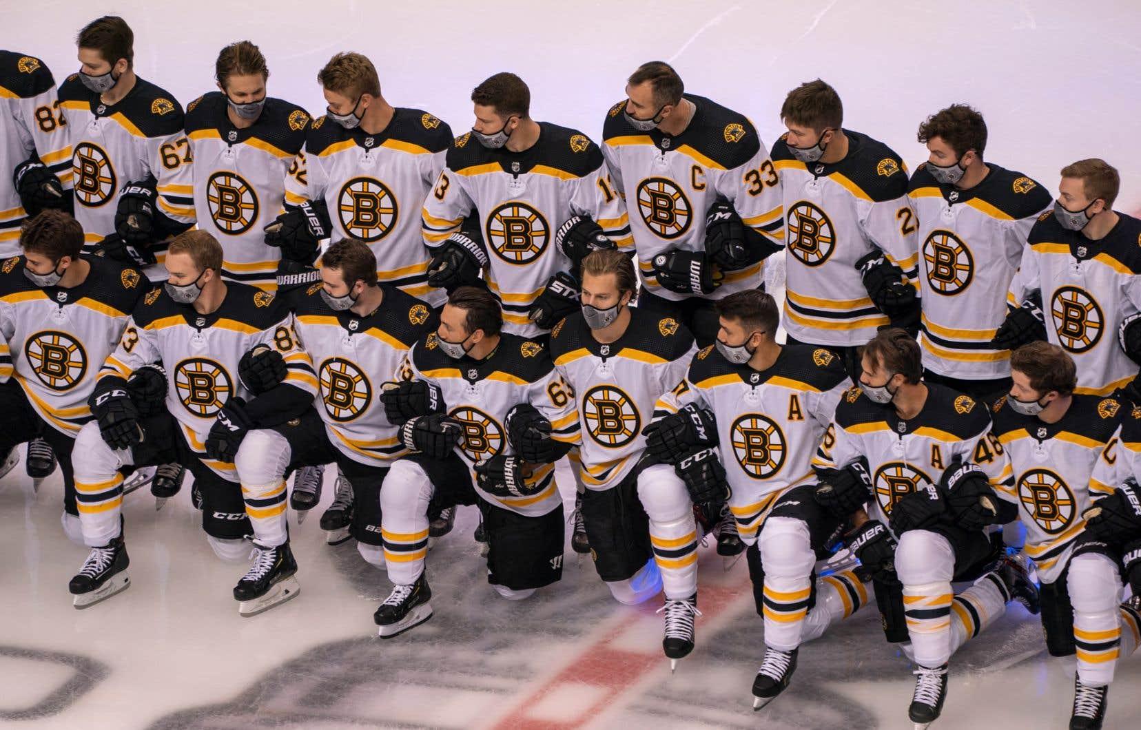 Les Bruins de Boston lors de la prise de photo d'équipe. Chaque jour, environ 1500 échantillons sont recueillis auprès des joueurs et du personnel, entre autres, pour être analysés.