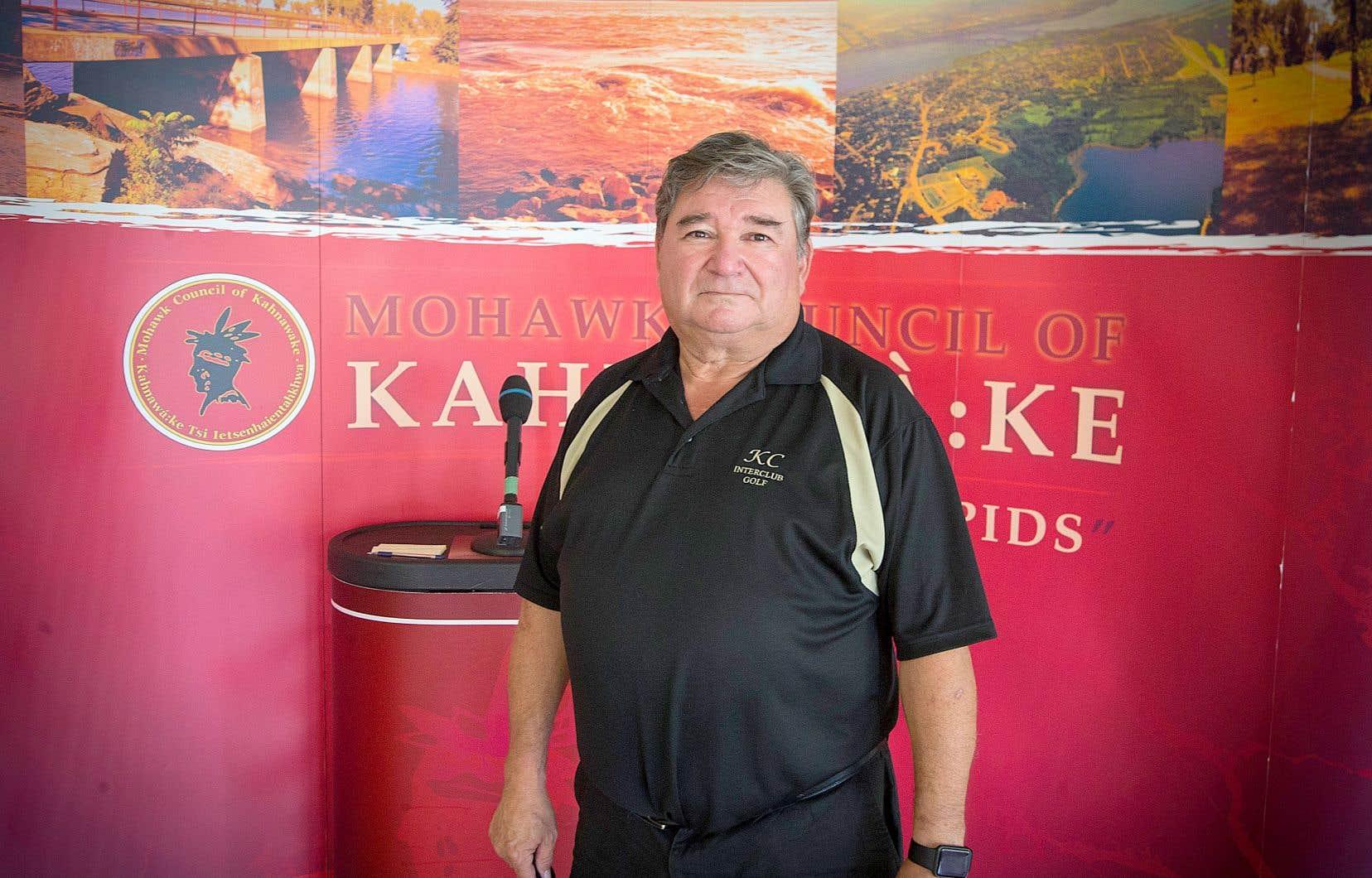 Arnold Lazare est membre du Groupe de travail sur la COVID-19 de Kahnawake, une cellule de crise responsable des mesures sanitaires décrétées sur le territoire mohawk. De manière générale, le comité est plus prudent que le gouvernement québécois.