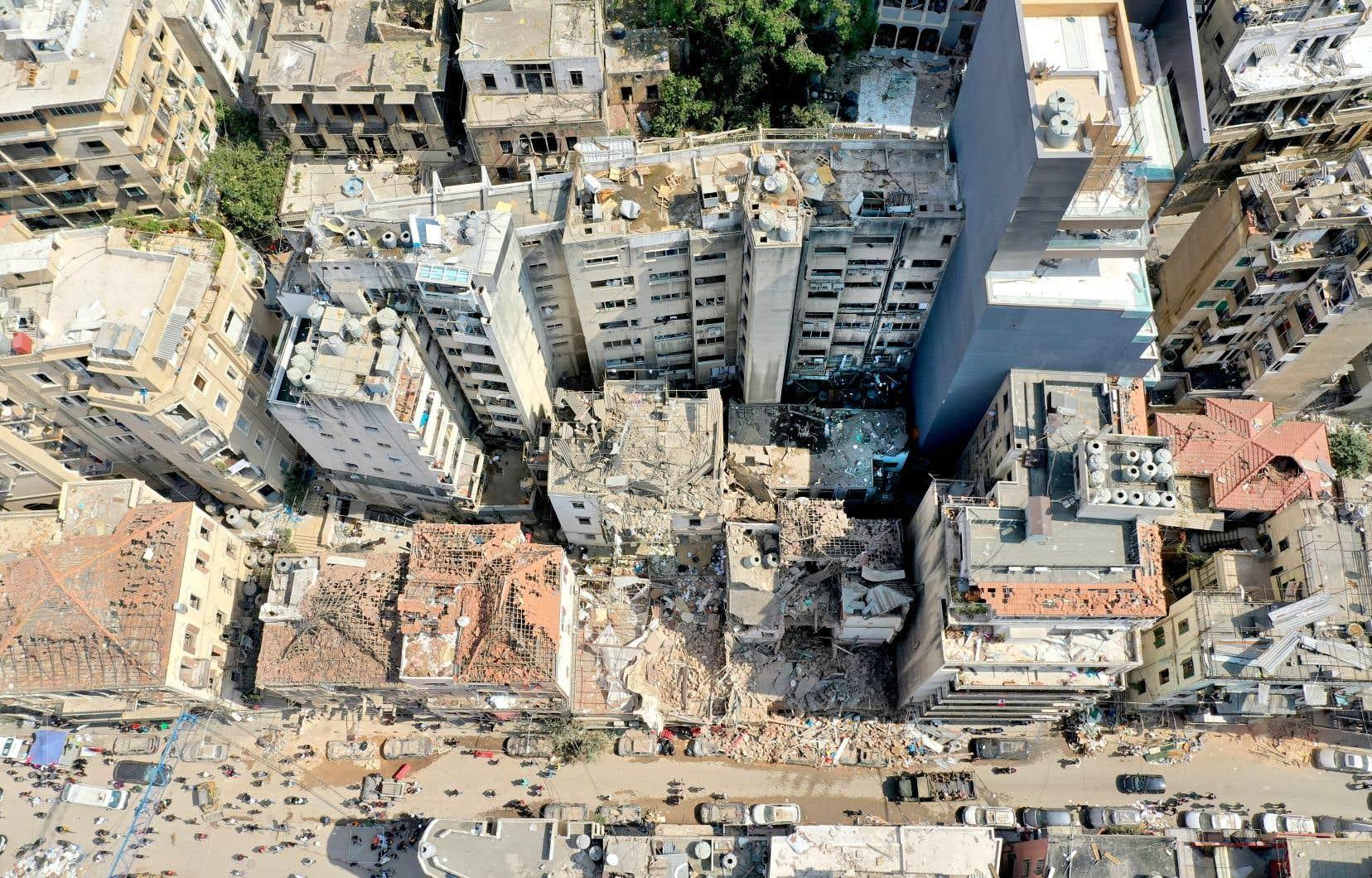 Cette puissante déflagration, la plus dévastatrice jamais survenue au Liban, a attisé la colère de la population contre les dirigeants du pays. Dans une capitale aux airs post-apocalyptique, un vaste élan de solidarité a poussé des centaines de Libanais à poursuivre les opérations de déblaiement ou à accueillir des sans-abri.