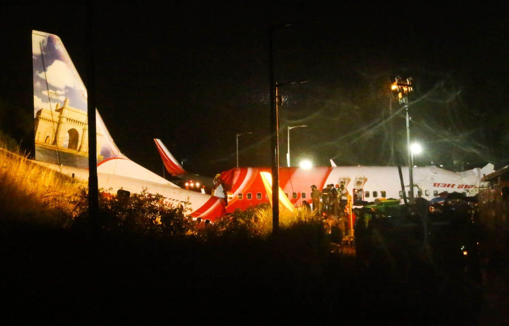 D'après l'agence de régulation de l'aéronautique DGCA, l'avion a dérapé au bout de la piste, «est tombé dans la vallée et s'est brisé en deux».