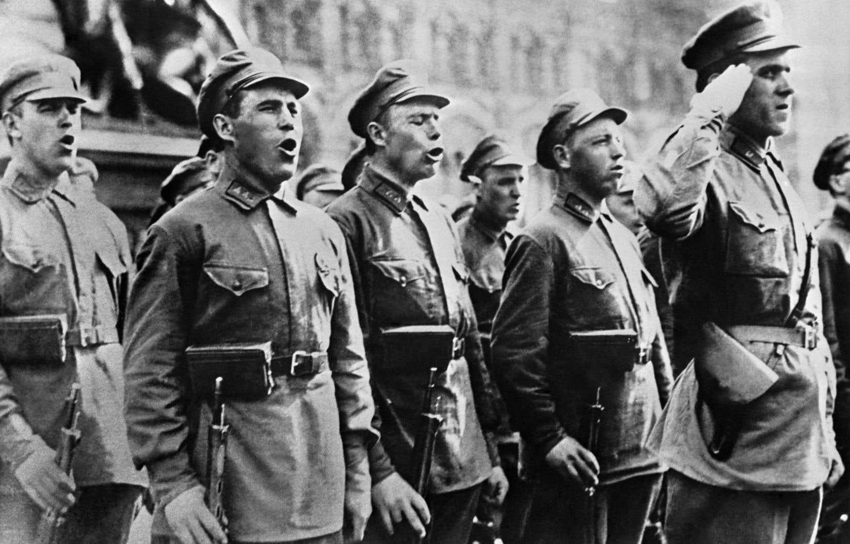 «Le 9août 1945, soit trois jours après la première bombe atomique et quelques heures avant la deuxième, l'URSS lançait 1,5million d'hommes et 5500 blindés à l'assaut de l'État du Mandchoukouo défendu par l'élite fanatisée de l'armée impériale japonaise qui comptait 700000 hommes sur papier», écrit l'auteur.
