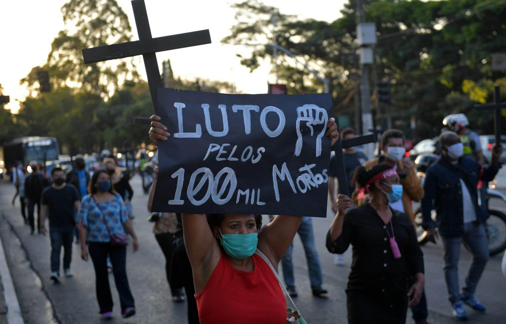 Le président Jair Bolsonaro du Brésil, qui n'a cessé de minimiser la maladie, a dit vendredi avoir «la conscience tranquille» sur sa gestion de la crise malgré le bilan s'élevant presque à 100 000 décès.