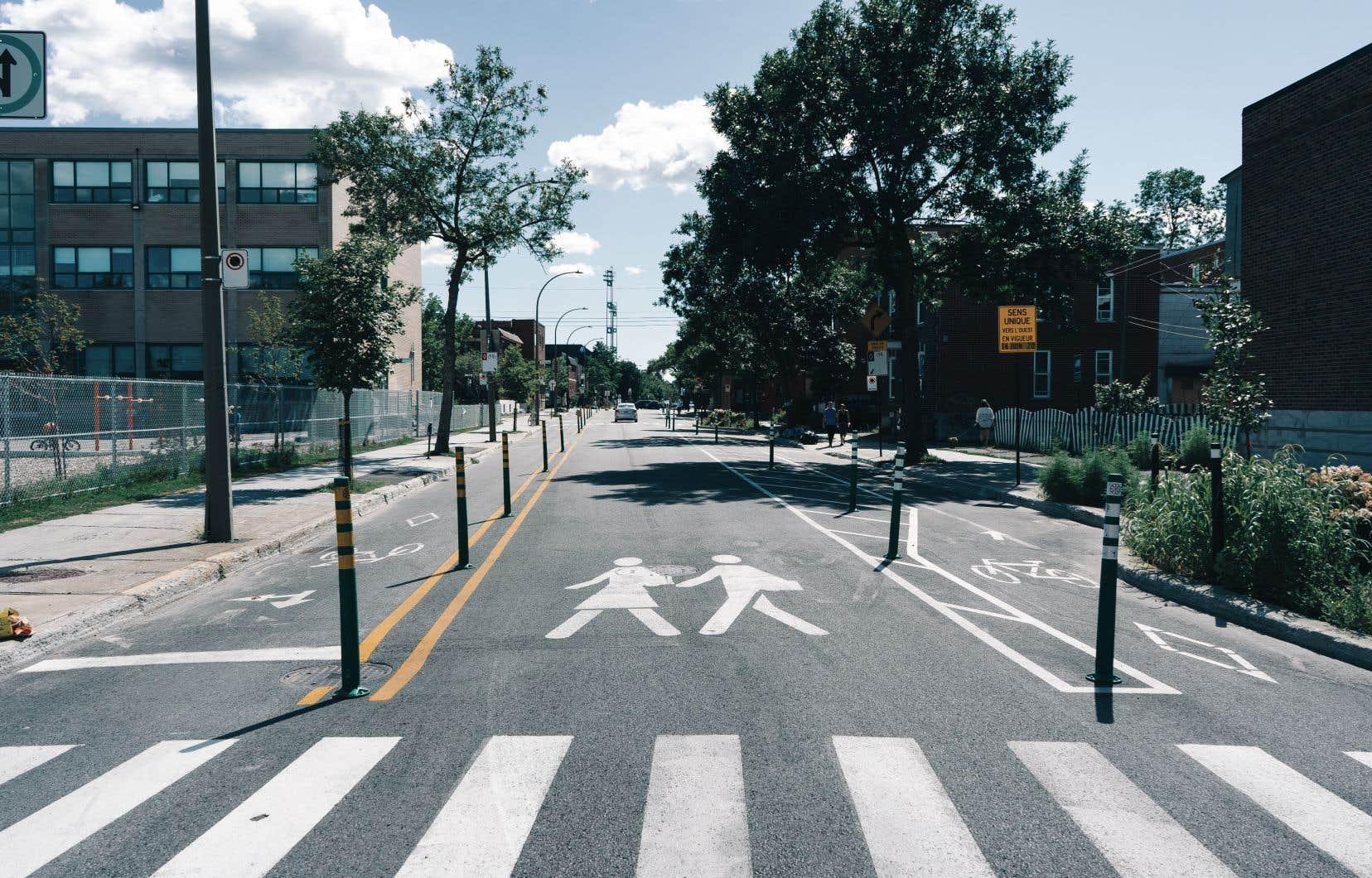 Deux voies cyclistes se retrouvent de chaque côté de la rue de Bellechasse. Elles sont beaucoup plus larges pour permettre des dépassements sécuritaires et sont désormais séparées des automobiles par l'ajout de bornes de protection.