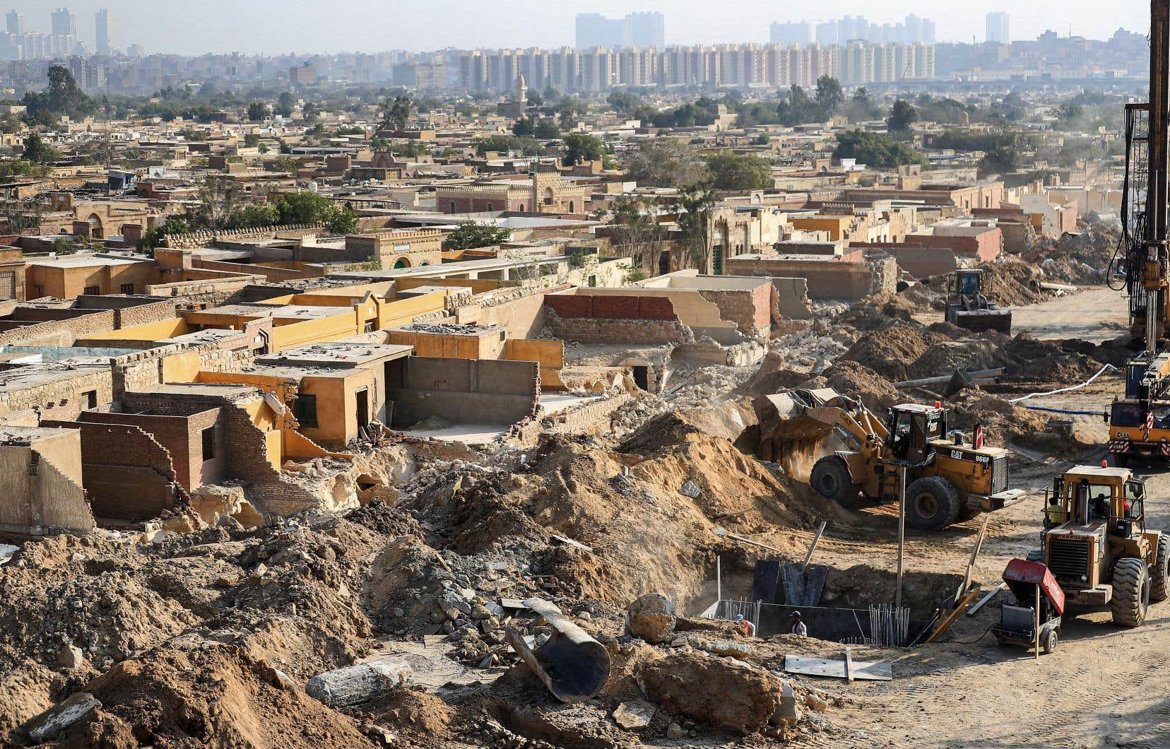 Cette photo, prise le 22 juillet dernier, montre une vue des démolitions et des travaux de construction en coursd'un nouveau pont qui passera par le cimetière de Basatin, au sud du vieux Caire historique.