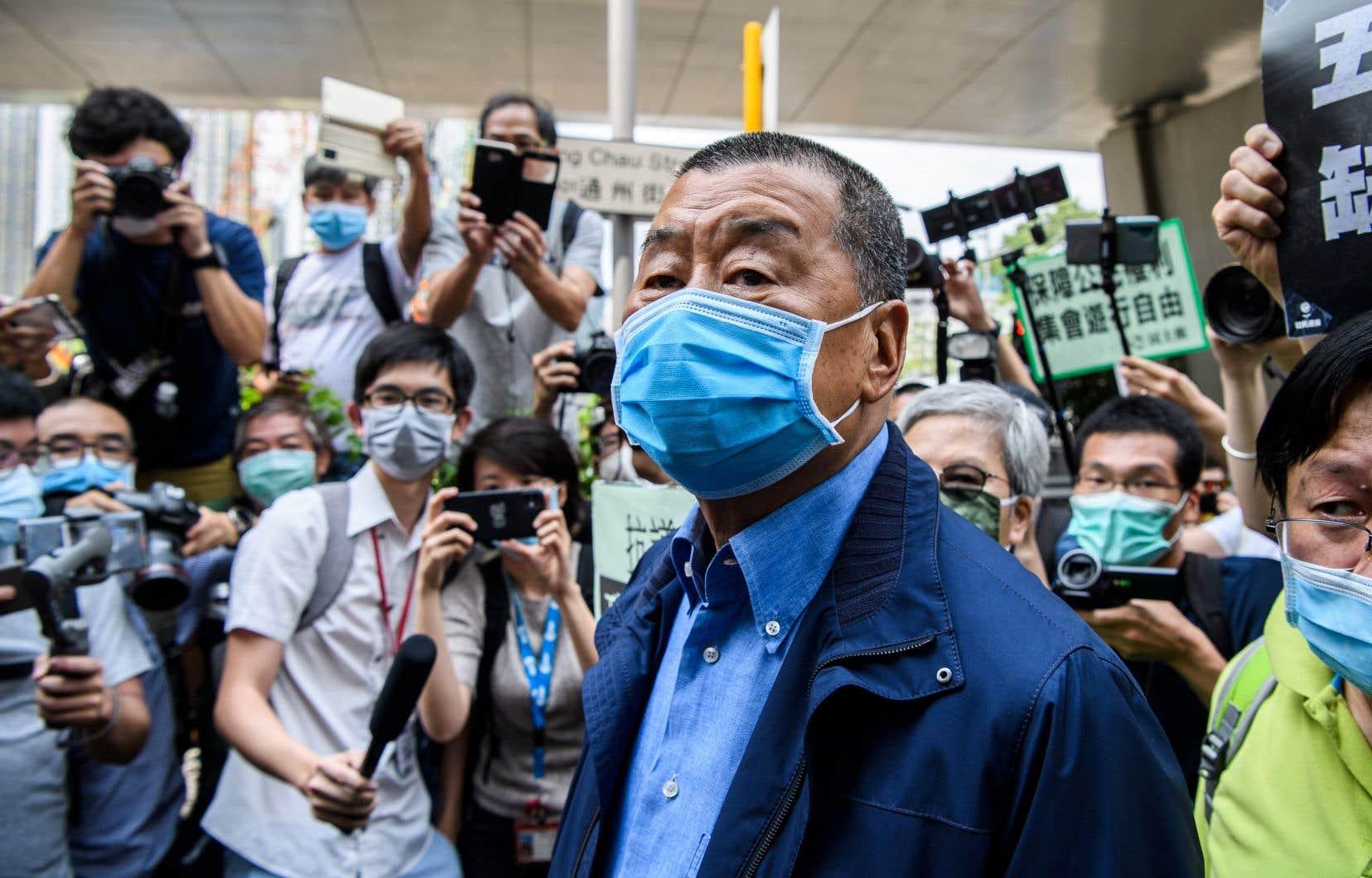 Jimmy Lai (au centre), patron du quotidien Apple Daily, avait déjà dit s'attendre à être arrêté en vertu de la nouvelle loi sur la sécurité nationale.