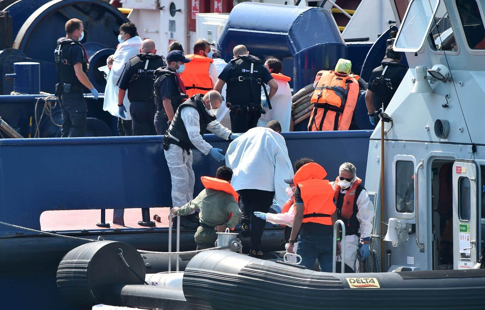 Les autorités britanniques ont intercepté dimanche un groupe de migrants qui tentaient d'atteindre la côté anglaise à bord d'une petite embarcation.