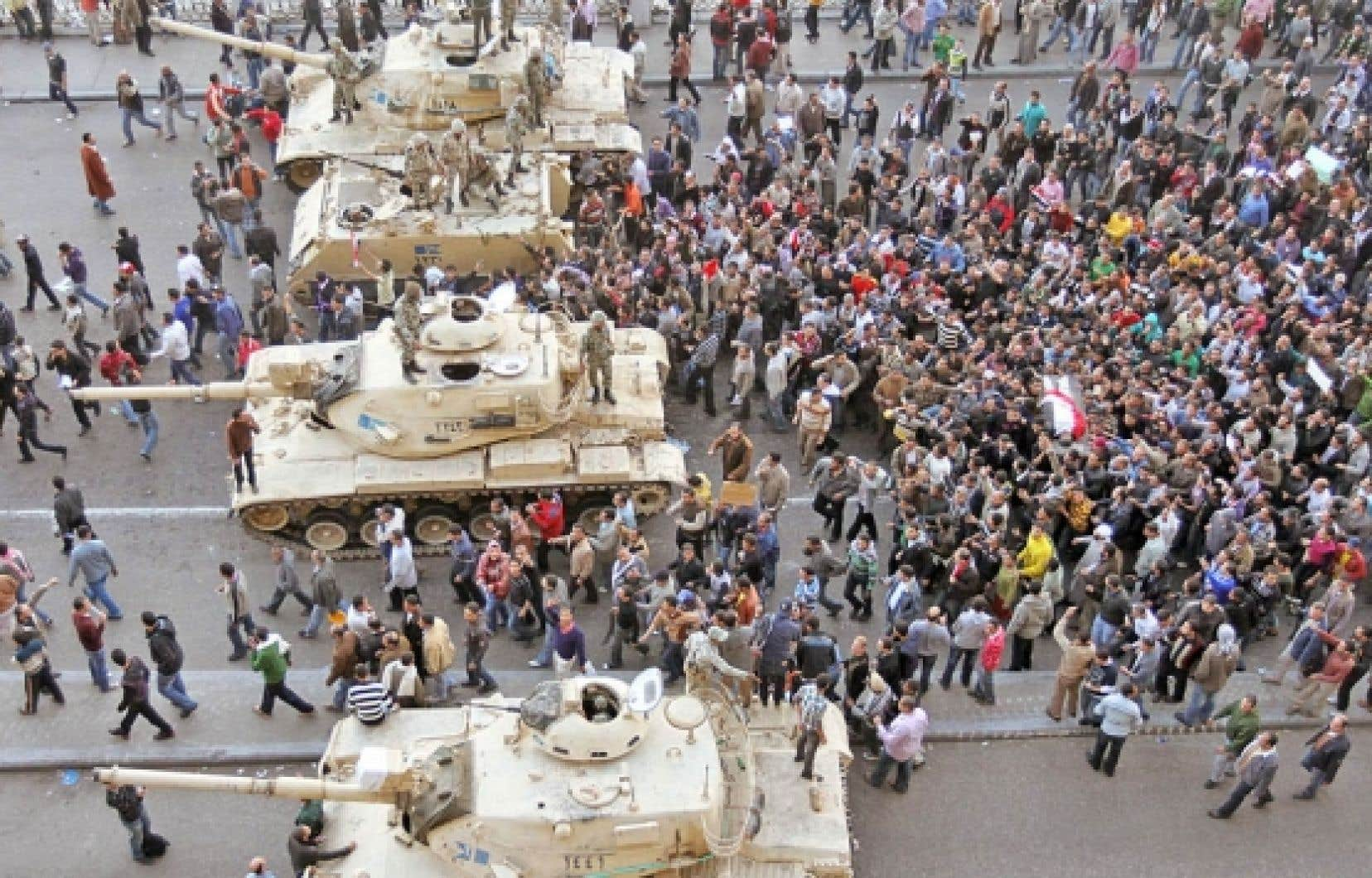 Les émeutes que connaît l'Égypte depuis le 25 janvier, et dont le but est d'exiger le départ d'Hosni Moubarak, pourraient conduire à un tout nouveau rapport dans les relations armée/pouvoir et peut-être même signer la fin de l'âge d'or.<br />