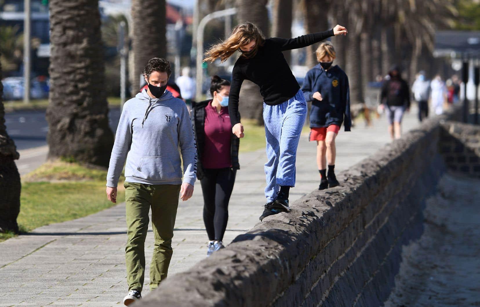 La semaine dernière, les autorités avaient ordonné un couvre-feu nocturne et la fermeture des commerces non essentiels aumoinsjusqu'au 13septembre à Melbourne, la deuxième ville du pays