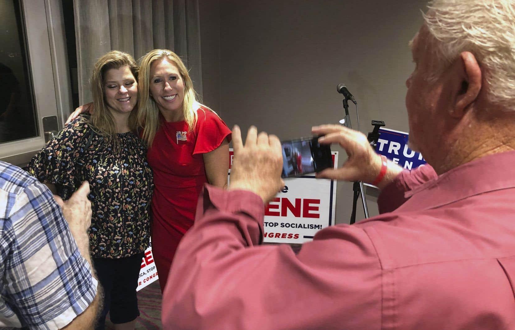 Marjorie Taylor Greene (au centre) s'est revendiquée de la mouvance pro-Trump QAnon qui se répand depuis 2017 sur les réseaux sociaux.