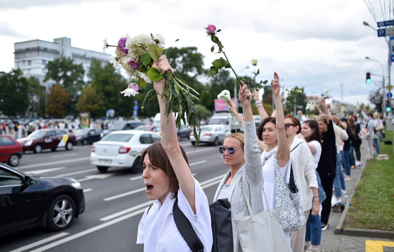 Jeudi, à Minsk, des dizaines de personnes sortaient pour le deuxième jour consécutif en ordre dispersé pour constituer d'éphémères chaînes humaines pacifiques pour protester contre la répression violente des manifestations nocturnes.