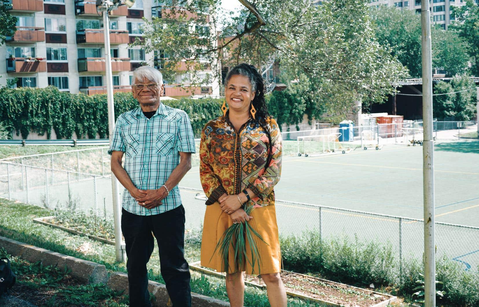 Harvey Michele, président du Centre de santé autochtone de Montréal en devenir, et Pascale Kaniasta Annoual, responsable du dossier au Réseau et cofondatrice du Centre de santé, dénoncent l'inaction gouvernementale dans le projet.
