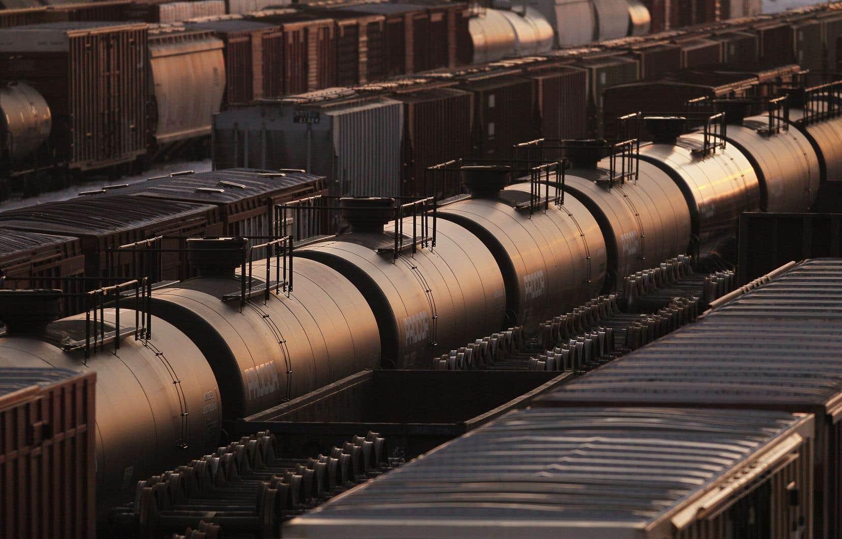 La demande de brut doit chuter cette année à 91,9 millions de barils par jour (mb/j), soit 140 000 mb/j de moins que prévu.