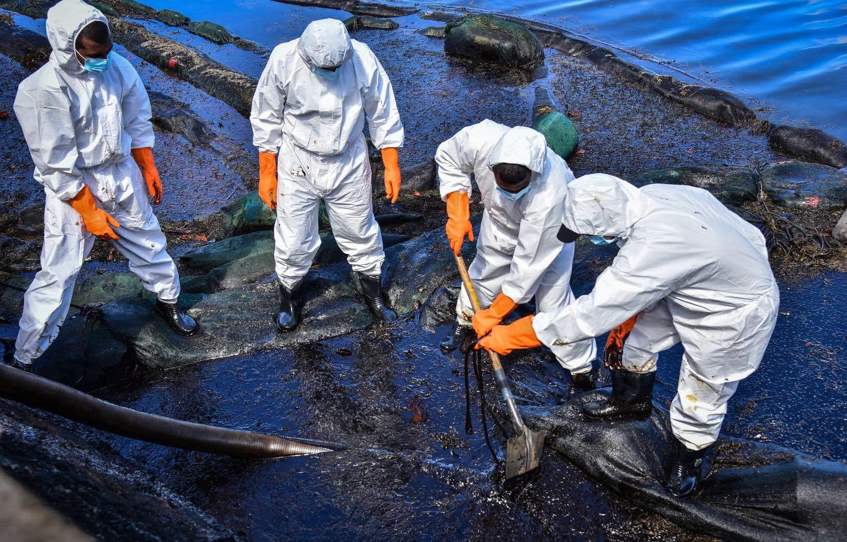 Les équipes d'intervention ont mené une course contre la montre pour pomper le reste du carburant, pendant que le bateau menaçait d'un moment à l'autre de se briser.