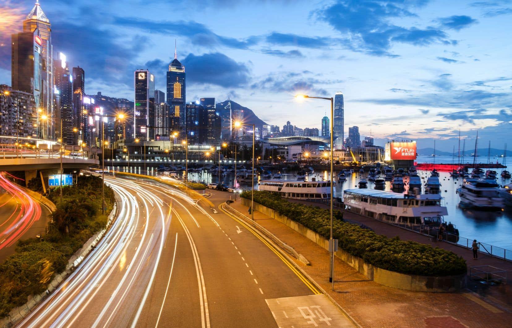 Hong Kong offre à la fois un accès direct à ce fabuleux marché chinois et un cadre compatible avec une économie de service moderne et ouverte sur le monde.