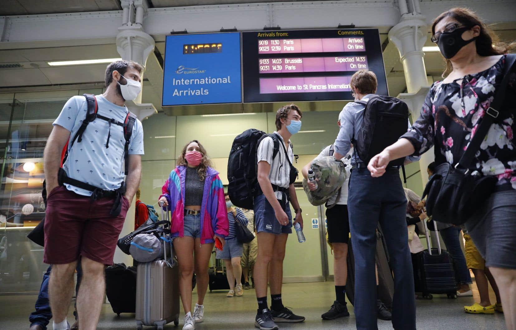 Vendredi, des centaines de personnes se sont ruées vers les stations de train pour rentrer au Royaume-Uni, qui a décidé d'imposer une quarantaine de deux semaines aux voyageurs en provenance de le France, des Pays-Bas et de Malte.