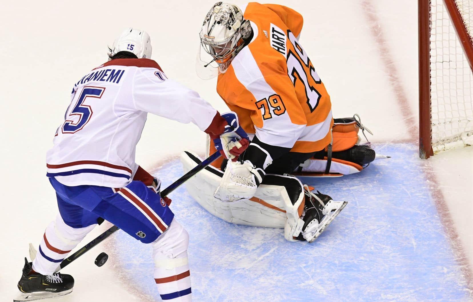 Jesperi Kotkaniemi a marqué deux buts, vendredi soir, dans la victoire contre les Flyers de Philadelphie.