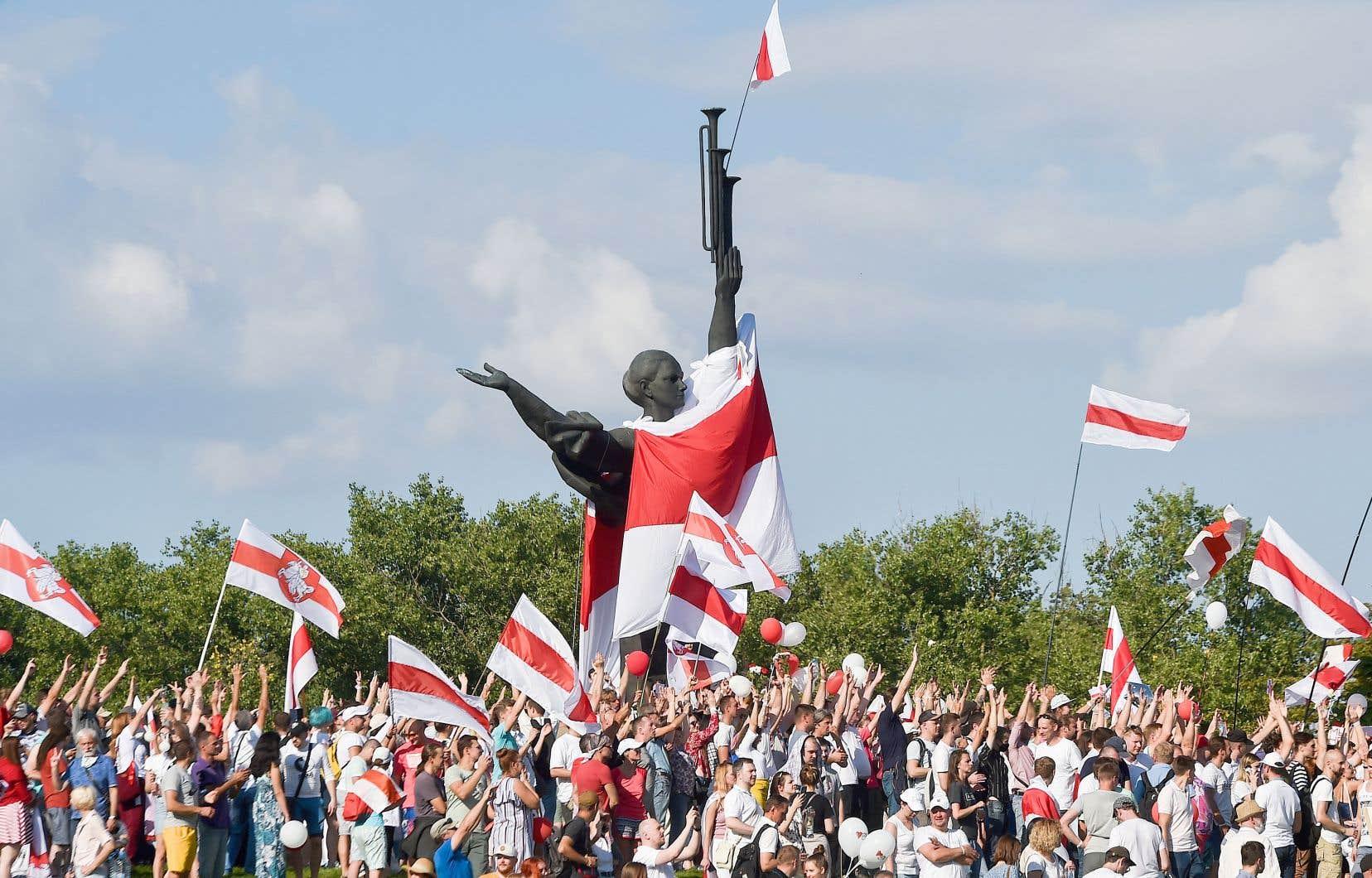 Des dizaines de milliers de personnes étaient réunies dimanche à Minsk pour exiger le départ du président Alexandre Loukachenko.